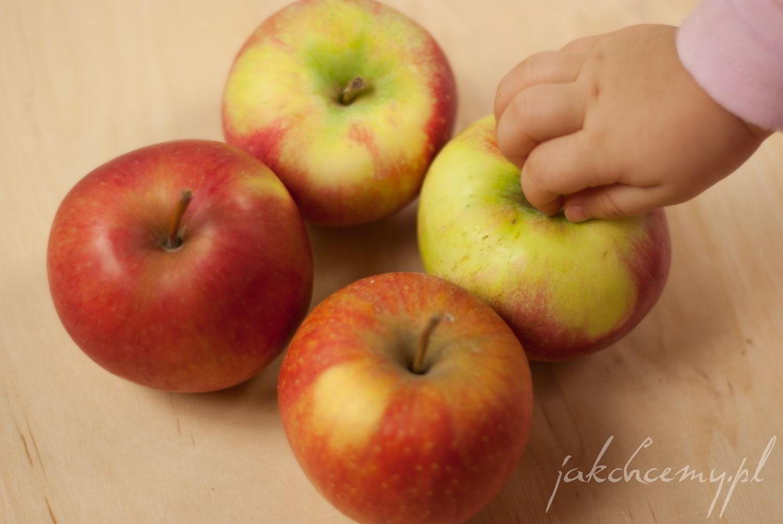 Jabłka i rączka małej pomocnicy