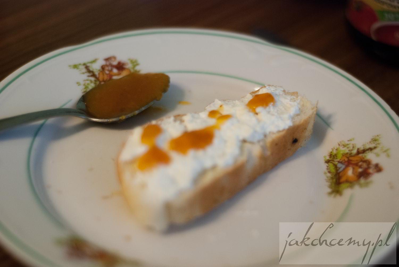 ser i morelowy dżem na pieczywie