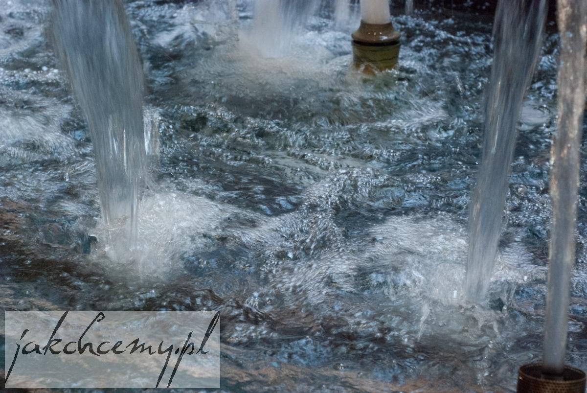Wpadające strumienie wody
