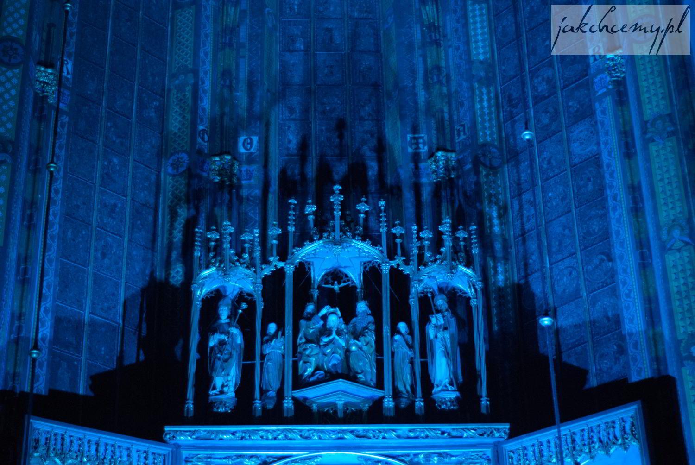 Ołtarz Wita Stwosza górna część i niebieskie światło