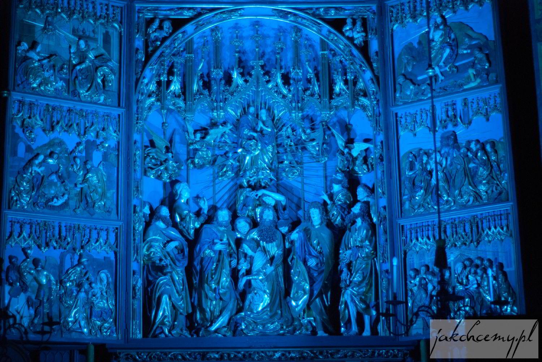 Ołtarz Wita Stwosza i niebieskie światło