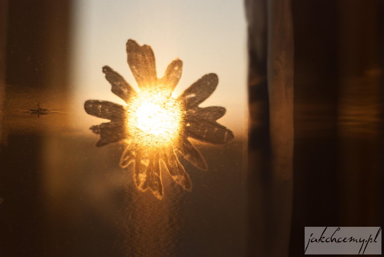 Zachód Słońca przez firankę