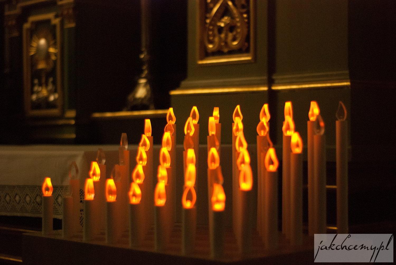 lampki modlitewne w katedrze