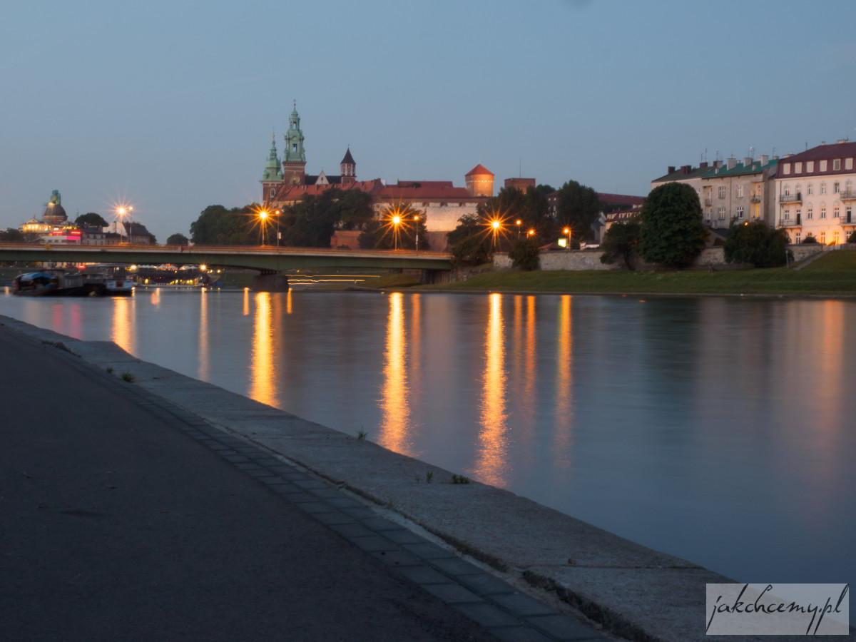 Wawel zza mostu nocą
