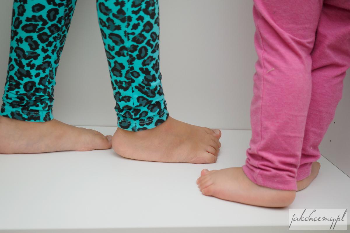 Szafka i stopy dziewczyn