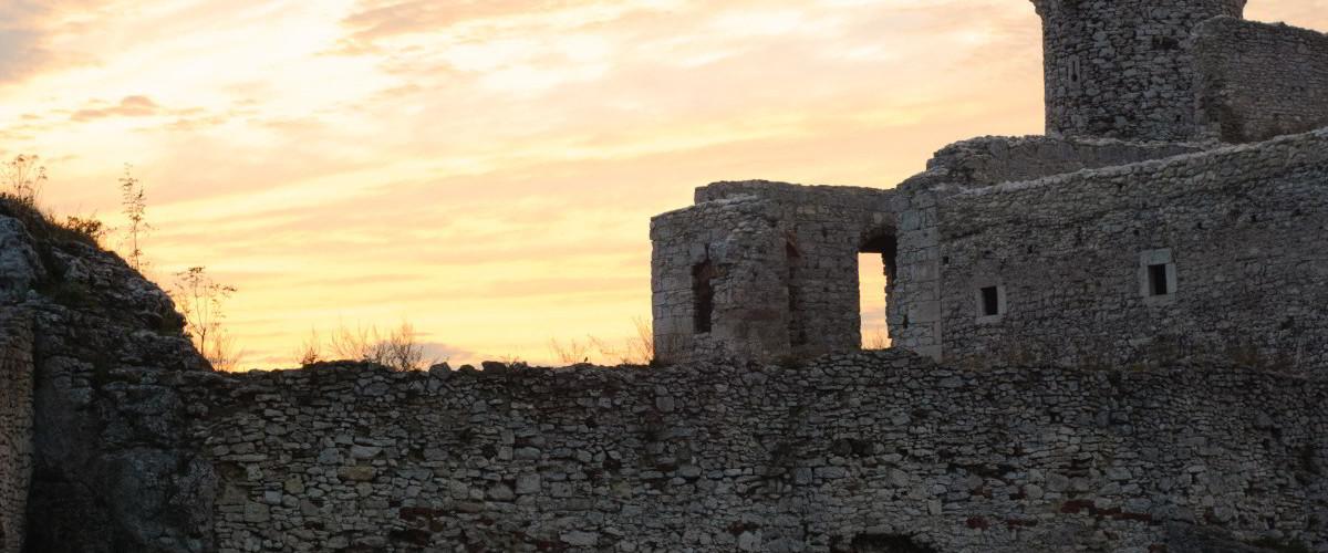 zamek i zachodzace slonce