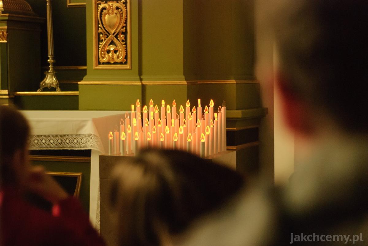 świeczki modlitewne w zamojskiej katedrze
