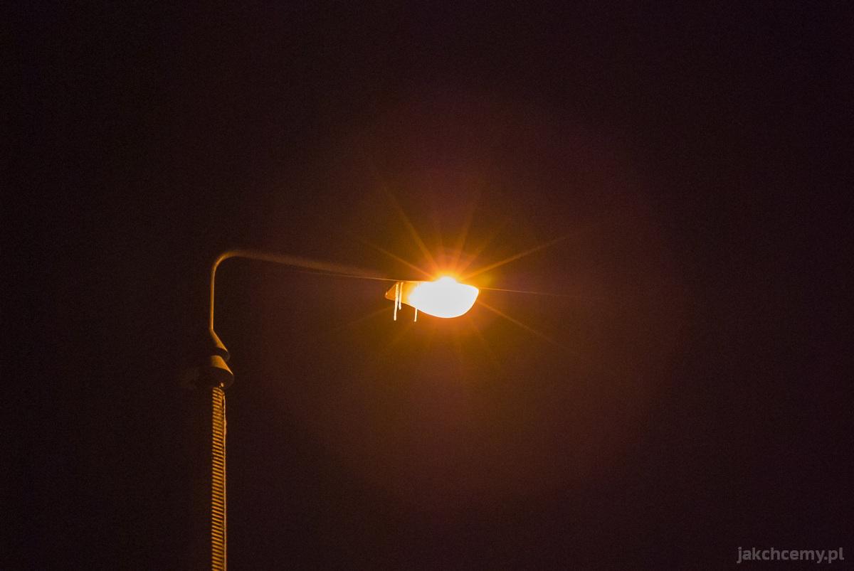 Uliczna lampa z soplami