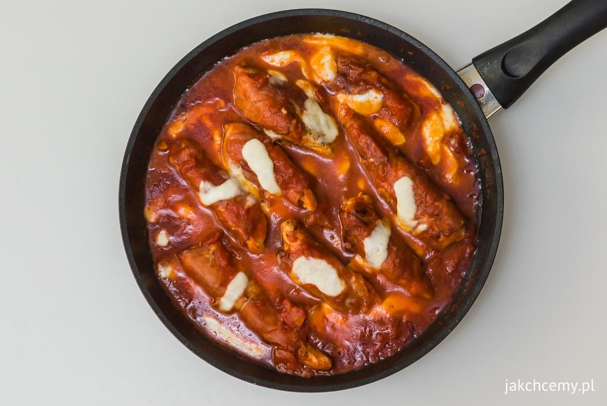Kurczak, pomidory, mozarella, patelnia, widok z góry