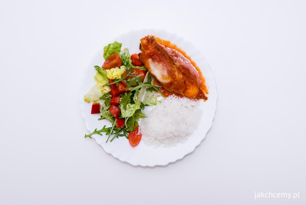 Kurczak w pomidorach, z mozarellą, ryżem i surówką z winegret