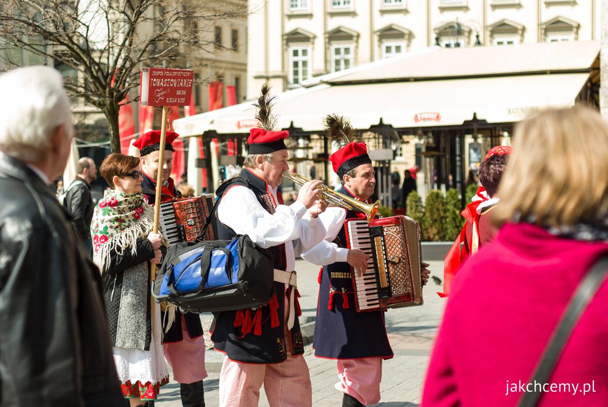 Korowód z palmami na Krakowskim Rynku