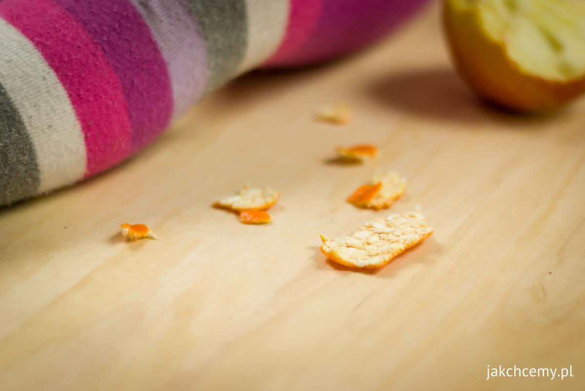 Wytrwałe obieranie mandarynki