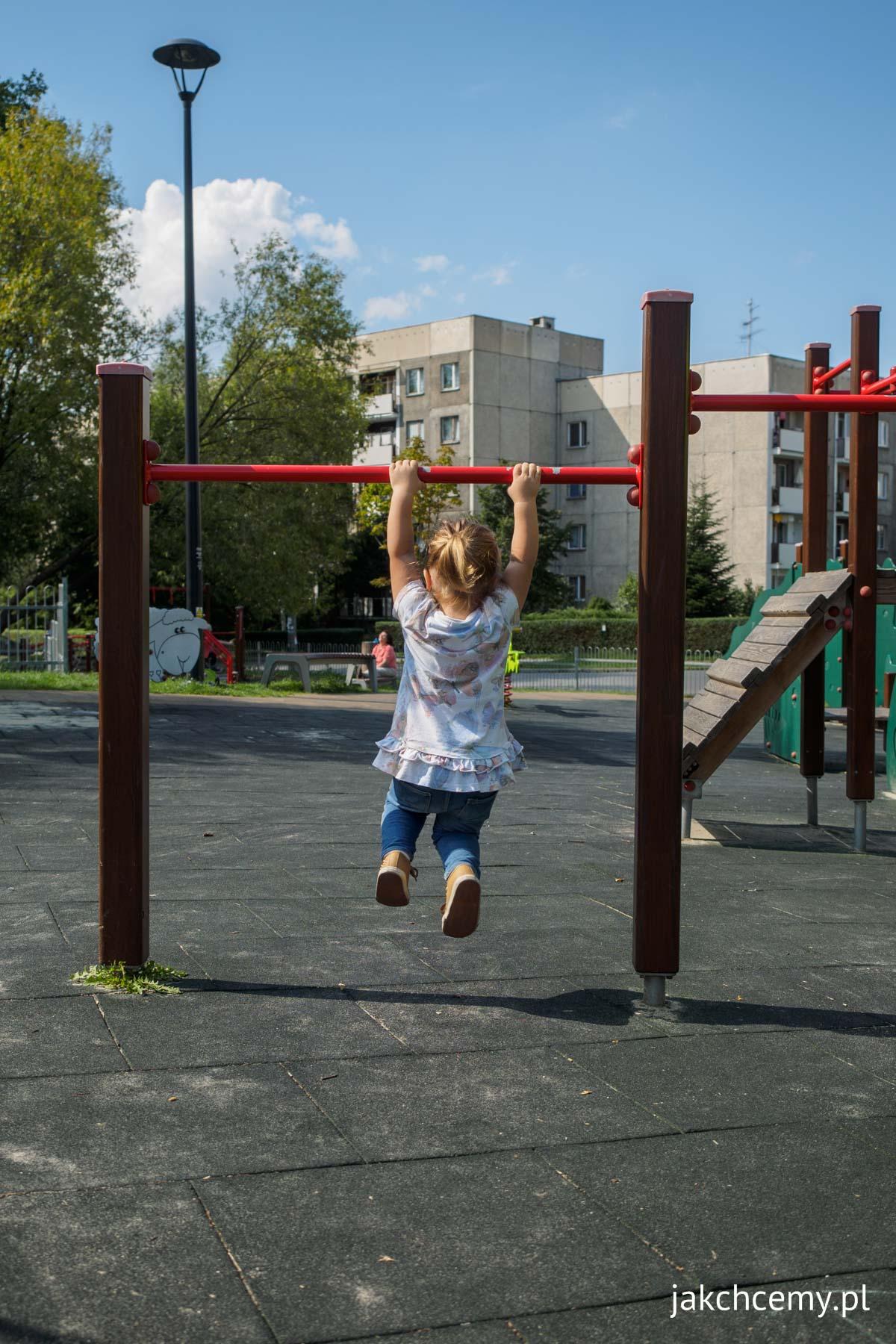 Dziecko samodzielne na placu zabaw