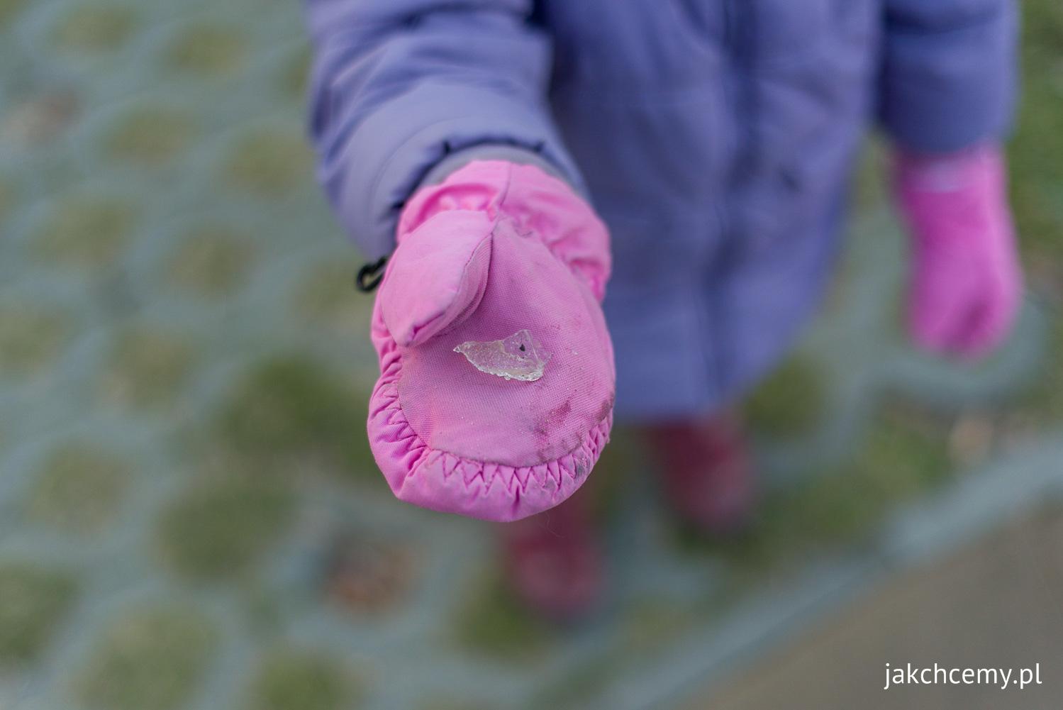 Dziecko z kawałkiem lodu